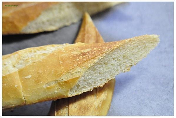 La Baguette française : recettes faciles et inratables. Ingrédients, pour 4 petites baguettes : 500 g de farine type 55. 11 g de sel. 15 g de levure boulangère fraîche (ou la moitié d'un sachet de levure sèche). 35 cl d'eau (350 g).