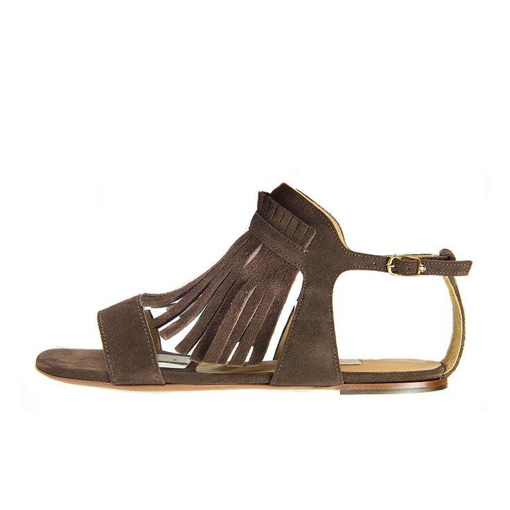 Sandalo basso L'Autre Chose interamente in crosta color marrone con frangia anteriore attraversata da una fascia, dello stesso colore e pellame. Da Paola B.