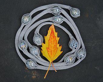 gestrickte Halskette NITE in zwei Farben Fein gestrickte Halskette mit Glas Kieselsteine und O - Ringe in eine stricken gefangen. Die Halskette ist eine lange Kette mit 13 Kiesel/Ringe, die Sie in vielerlei Hinsicht Stil! Die Kette ist ♥handmade♥ in Ocker/Beige Baumwolle Länge; 90cm - 35 Zoll Farbe; Ocker-beige Material; Baumwolle und Glas Marmor, Metall-O-Ringe keine Schließung  Stil die Halskette in dir eigene Weise ;))