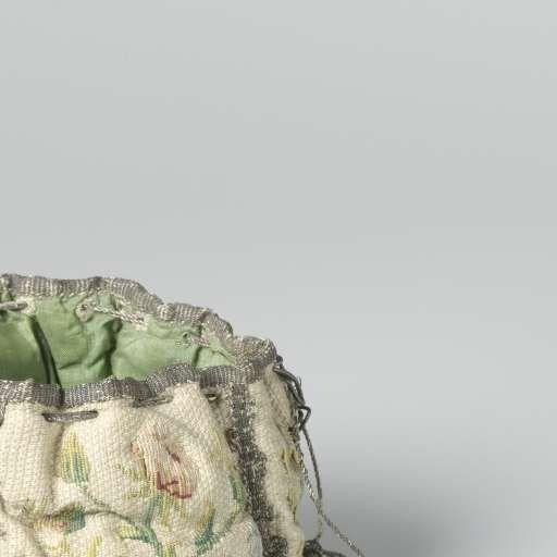Beurs bestaande uit vier gelijke schildvormige delen van geweven witte satijn waarop in veelkleurige zijde twee verschillende patronen van bloemmotieven geborduurd en zilverpassement langs de randen, anonymous, c. 1680 - c. 1715 - Rijksmuseum