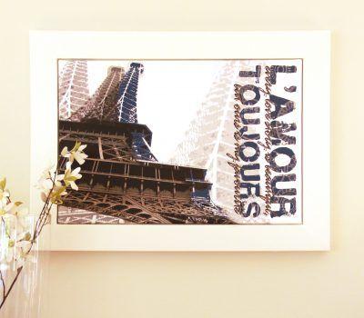 Grafische bewerking van de Eiffeltoren met persoonlijke tekst erbij in robuuste witte baklijst.