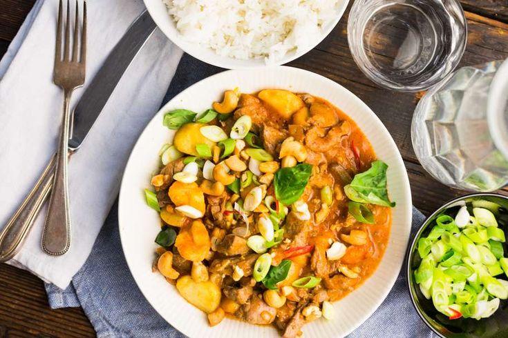 Recept voor thaise rundvlees schotel voor 4 personen. Met zonnebloemolie, zout, boter, biefstuk, aardappel, rijst, gember, ui, knoflook en rode currypasta