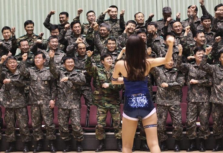 """Com ajuda de uma líder de torcida, soldados do exército da Coreia do Sul dançam a música """"Gangnam Style"""", do cantor conterrâneo Psy, durante cerimônia em ginásio de Seul - http://revistaepoca.globo.com//Sociedade/fotos/2013/04/fotos-do-dia-5-de-abril-de-2013.html (Foto: AP Photo/Ahn Young-joon)"""