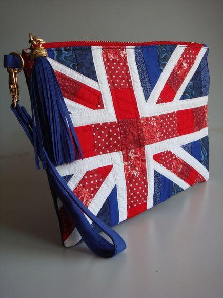 Bolsa feita de lona, com patchwork quiltada em manta acrílica, bolsos na parte externa e internamente. Alça de punho.