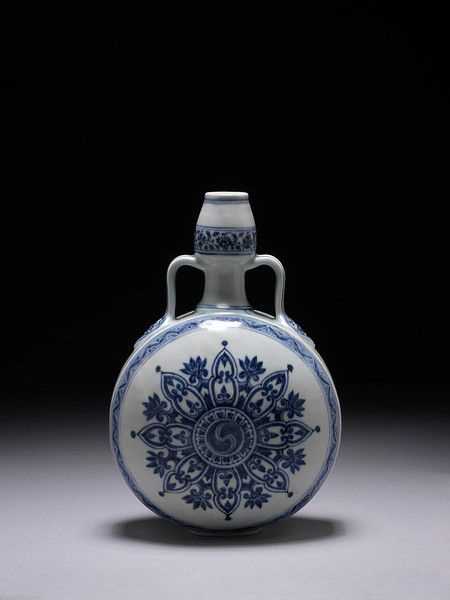Porcelain flask decorated in underglaze blue with dragon design, China, Ming dynasty, ca. 1400-1430.Height: 13 in, Diameter: 8.5 in.554-1878.© V Images.