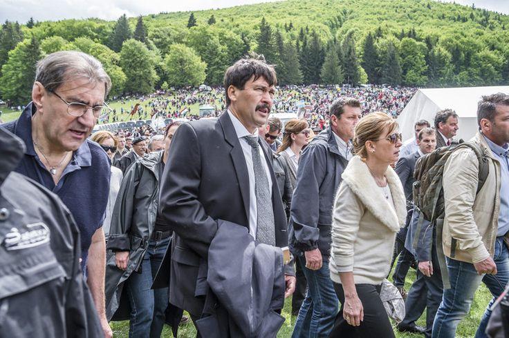 Áder János köztársasági elnök (k) és felesége, Herczegh Anita (tőle jobbra), valamint Eperjes Károly színművész (tőle balra) a zarándokok között a csíksomlyói búcsún tartott szentmise előtt a Kis- és Nagysomlyó-hegy közötti nyeregben / Fotó: MTI-Veres Nándor