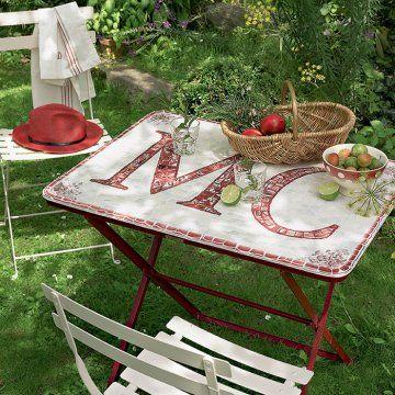 Un plateau de table en mosaïque