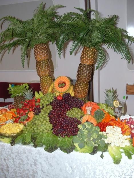 AWESOME PINEAPPLE PALM TREE TROPICAL FRUIT DISPLAY!  I'm pretty sure I could figure out how to do this without spending the $~  http://www.chefmike.com/products.html