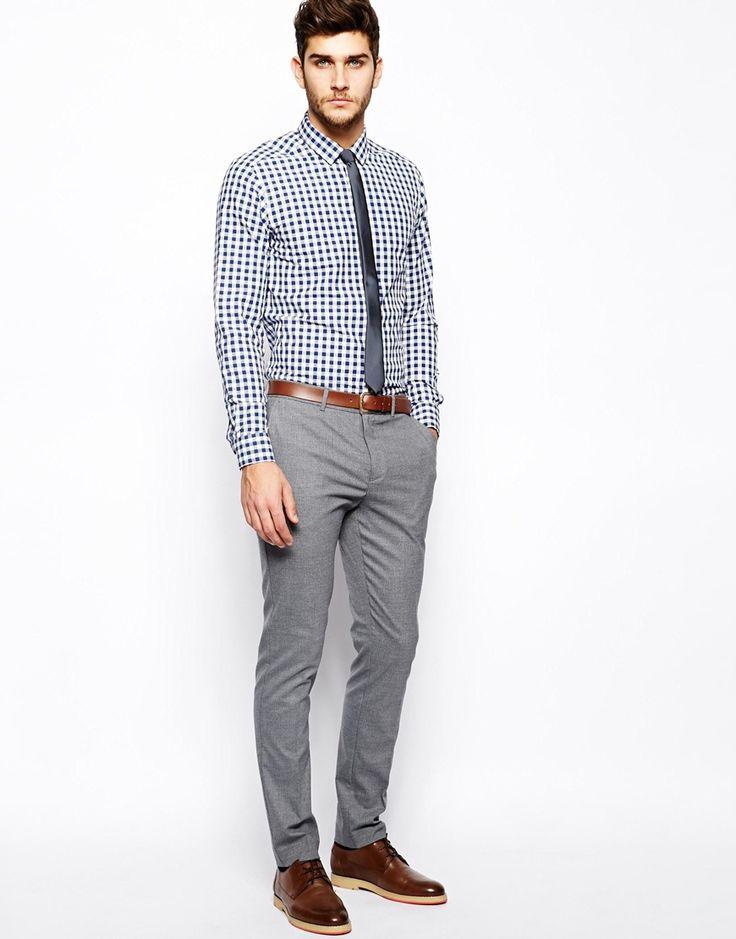 A calça cinza é um dos coringas do guarda roupa masculino. Pode ser de lã, linho ou brim. Veludo cotelê é, também, uma excelente opção.