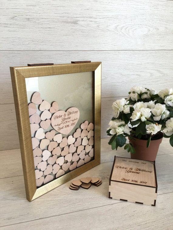 Uniek mooie bruiloft-gastenboek zal dienen als een prachtig decor voor uw huwelijk. Uw gasten zullen versteld staan van uw creativiteit. Ze schrijven hun wensen over kleine harten en na huwelijk kun je het op een muur voor langdurige aangename herinneringen.  Hart vak (hart houder) is niet inbegrepen met de prijs, kunt u kiezen om het te kopen in het veld Hoeveelheid hart.  Staan voor het frame opgenomen om de prijs is.  Voor het bestellen van: -kiest u de hoeveelheid harten u nodig…