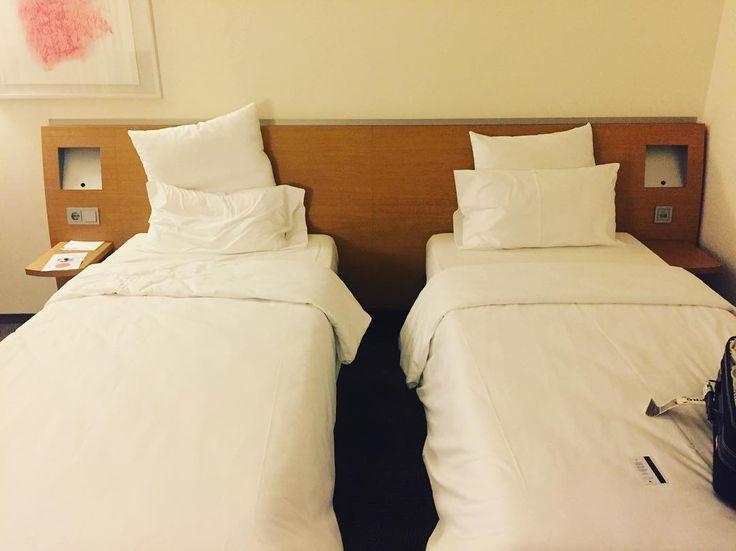 Как тяжело сделать выбор  на правой постеле спать  или на левой  Фирма видимо решила сделать подарок  одному двухместный номер   #этожизнь #осень #новаяжизнь #путешествие #сентябрь #2016 #travel #september #traveling #reisen #followme #photoart #франкфурт #германия #germany #deutshland