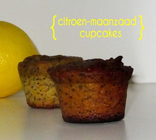 """Ik kwam jaren geleden al recepten tegen van """"lemon poppyseeds cupcakes"""". Jamie Oliver heeft er bijvoorbeeld een recept van. Het intrigeerde me wel. Cupcakes met maanzaad en citroen. Is dat lekker? Omdat ik op Engelse en Amerikaanse sites met enige regelmaat een recept hiervoor voorbij zag komen besloot ik het ook eens te proberen. Uiteraard …"""