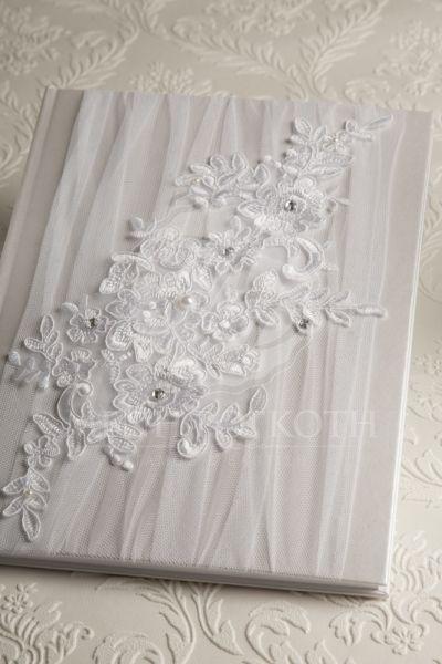 Ευχολόγιο γάμου σε μεταλιζέ λευκή βάση με τούλι και εντυπωσιακό δαντελένιο μοτίφ με στρας