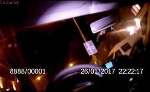 Pistole ho u automatů tlačila, tak ji odložil na parapet: Muže z herny zadrželi u tramvaje