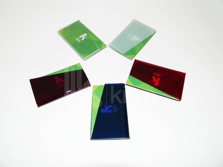 Porta tarjetas de presentación hecho con acrílico de colores sólidos y translucidos.