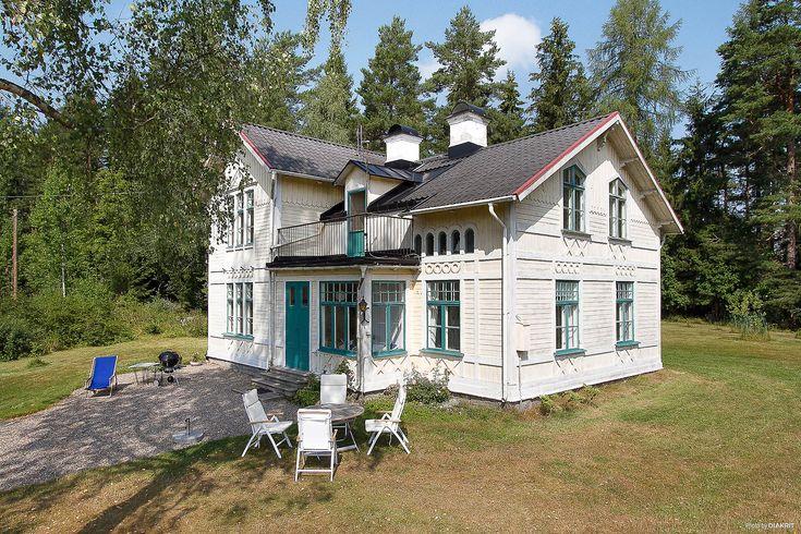 Vacker byggnad med anor från mitten av 1800-talet med strandtomt. Huset är renoverat i gammal stil. 2 st uthus, lusthus. Stor trädgårds- & naturtomt.