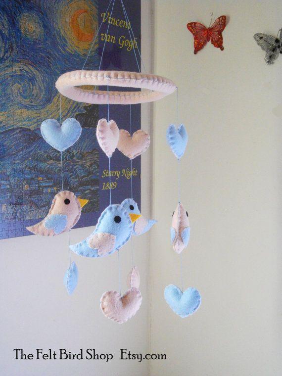 Giostrina con cuori ed uccellini in feltro. di TheFeltBirdShop