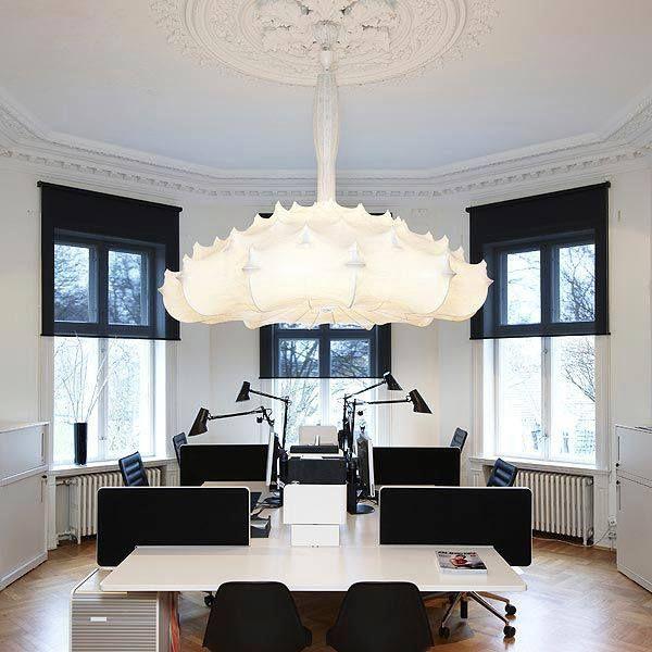 La lampada #Zeppelin di Marcel #Wanders un omaggio dichiarato ai fratelli #Castiglioni e alla loro produzione di lampade in cocoon. Ottenuta rivestendo in tessuto la forma di un tradizionale lampadario a bracci in metallo.