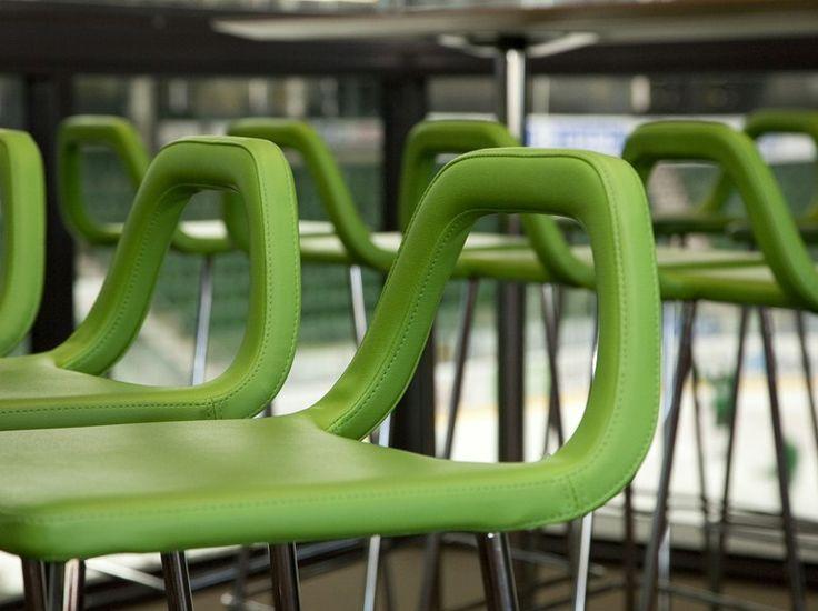 Барный стул STUDIO дополняет коллекцию штабелируемых стульев STUDIO. Вдохновленный многолетним опытом работы с отелями и ресторанами дизайнер Александр Лервик воплотил в коллекции Studio идею создания стула, который было бы легко чистить. Конструкция задней спинки барного стула STUDIO позволяет ее использовать как ручку для легкого передвижения стула. Барный стул STUDIO идеально подойдет для ресторанов, кафе, баров, клубов, офисов и лекционных залов.