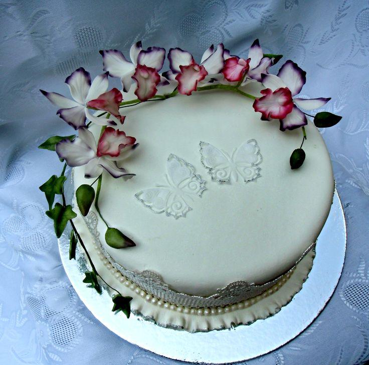 svadobná torta s motýlikmi