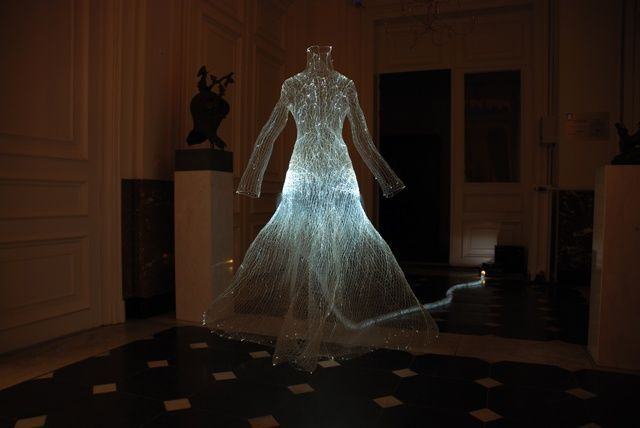 Illuminate chickenwire with projector hall chickenwire art pinterest - Deco hal halloween ...