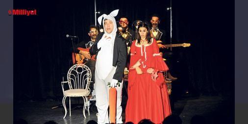 İki Bekarın gala gecesi : Emre Kınay ve Evrim Alasyanın rol aldıkları oyunun galası önceki akşam yapıldı. 45 günlük bir çalışma sonrası seyirciyle buluştuklarını söyleyen Kınay Özel olarak Durucazz orkestrası eşliğinde yedi şarkı yapıldı. Keyifli ve güzel bir gece oldu dedi. Oyun ilişki yaşamaktan korktuğu için kadınlar...  http://www.haberdex.com/magazin/-Iki-Bekar-in-gala-gecesi/128569?kaynak=feed #Magazin   #Kınay #yapıldı #Keyifli #şarkı #yedi