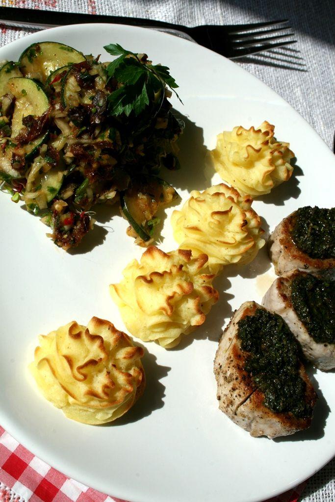 niedzielny obiad, polędwiczki, sałatka z cukini i ziemniaczki księżnej 3