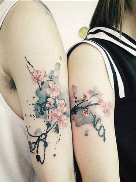 Mit Diesem Kirschbluten Tattoo Symbolisieren Paare Ihr