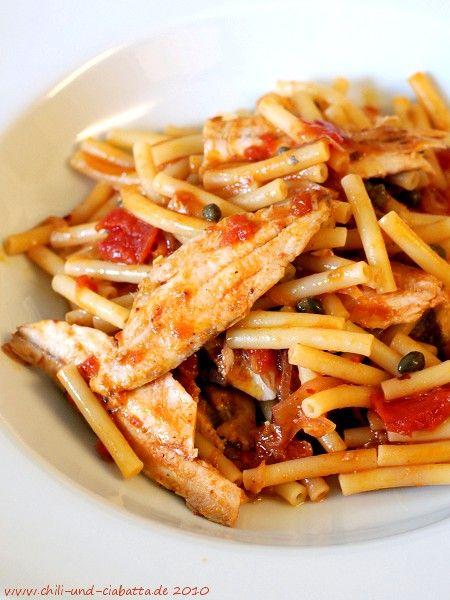 Chili und Ciabatta: Maccheroni mit Sardinen in Sardellen-Tomatensauce