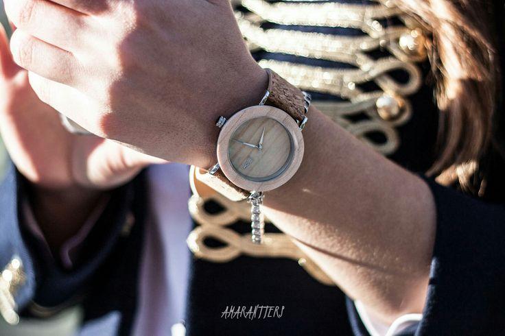 Amarantto - Time4Us: Modelo Irazú -  Reloj unisex, realizado a mano, con caja de acero inoxidable y mecanismo interior japonés, bisel y dial realizados en madera tono claro, manecillas y logotipo en aluminio metalizado, esfera de cristal mineral y correa ajustable de corcho. #amarantto #reloj #watch #madera #wood #corcho #cork #estilo #style #diseño #design #moda #fashion #regalo #present #time4us #irazú