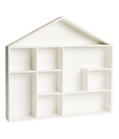 Weiß. Regal aus lackierter MDF in Form eines Hauses. Das Regal hat vorgebohrte Löcher zum Aufhängen. Schrauben sind nicht enthalten. Breite 32 cm, Höhe 32