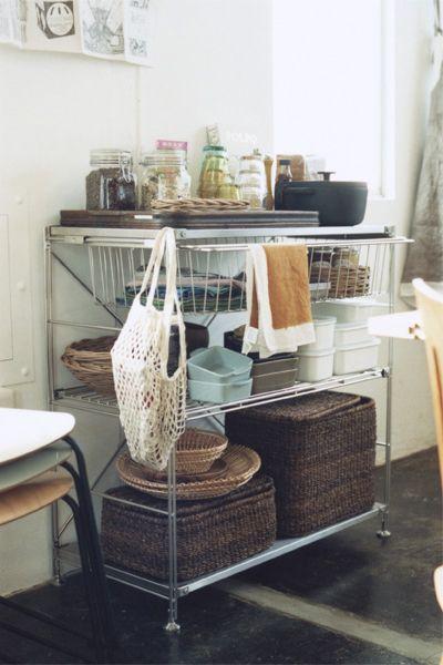 Case5 仕事と暮らし 開放感が心地いい 壱岐さんの自宅兼アトリエ。 仕事と生活が両立する空間には 家具や花のカラーをベースとした 華やかさが溢れていました。 memo 住人:30代のフラワーショップオーナー 物件:古いビルをリノベーション テーマ:仕事と生活を自然につなぐ
