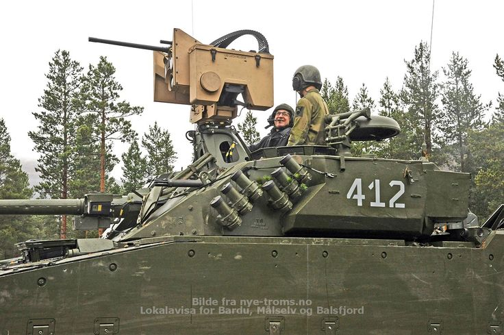 The American ambassador to Norway, Samuel Heins, in the turret of the new Norwegian version of CV9030N
