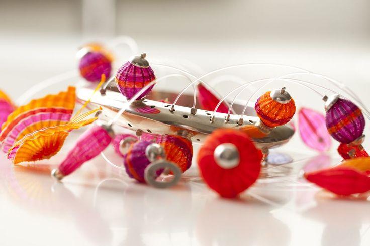Brazalete de exposición en plata y piezas tejidas en crin. Diseño de Monoco para tienda Ají, Diseño Imprescindible. www.tiendaaji.cl
