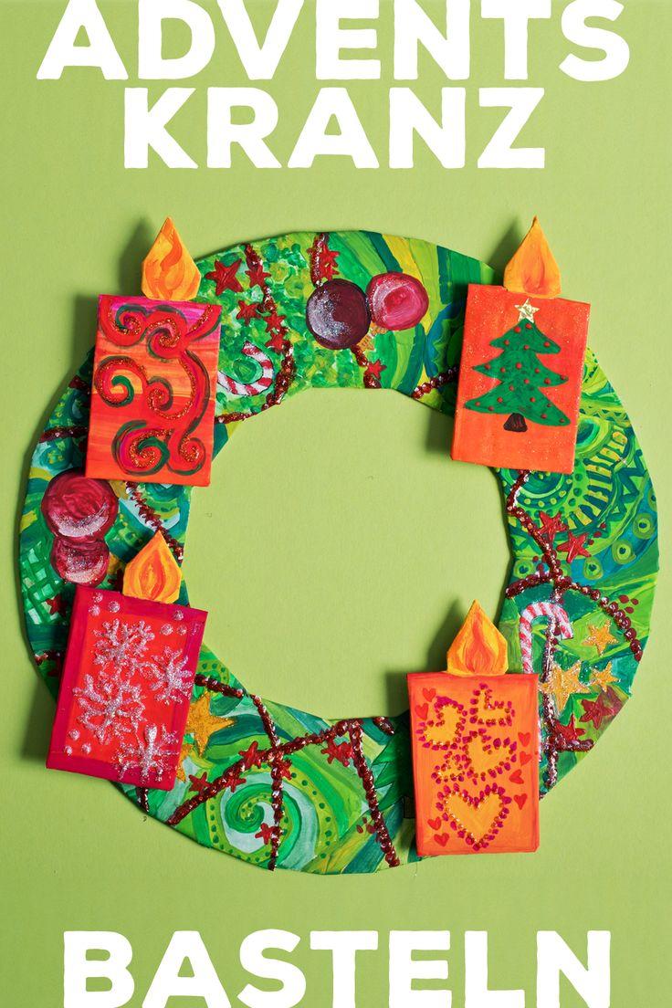 Dieser Adventskranz ganz aus Pappe stimmt uns auf Weihnachten ein und ist perfekt für Kleinkinder, die an jedem Advent eine Kerze mehr auf den Kranz kleben können.