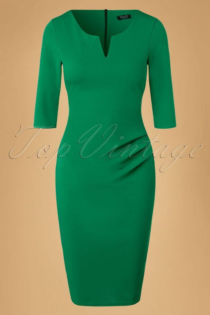 Alle ogen zullen op jou gericht zijn wanneer je deze50s Shelia Pencil Dress draagt!Deze classy killer dress volgt je rondingen en geeft je een super vrouwelijk zandloperfiguur, vavavoom! Deze beauty heeft een ronde halslijn met een speelse V-uitsnede en prachtige plooidetails bij de heup die haar een elegante look geven en ook nog eens super flatterend werken. Uitgevoerd in een stretchy smaragdgroene stof met de look van Crêpe de Chine voor een luxe uitstraling. Draag haar...