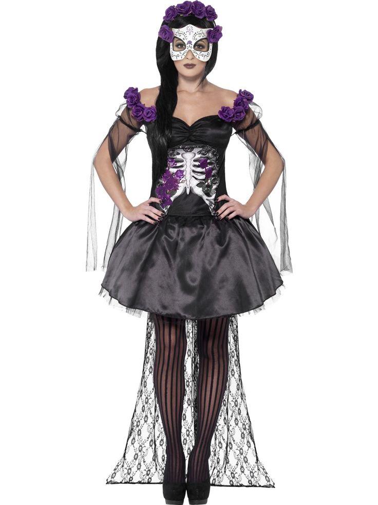 Sugar Skull -kaunotar. Upea ja trendikäs violetti-musta Day of the Dead naamiaisasu sisältää kaiken, mitä tarvitset näyttävän sokeripääkallohahmon luomiseen. Käännät taatusti katseet tässä upeassa naamiaisasukokonaisuudessa, joka sopii loistavasti Halloween-teemaan ja käy hyvin muihinkin naamiaisjuhliin.