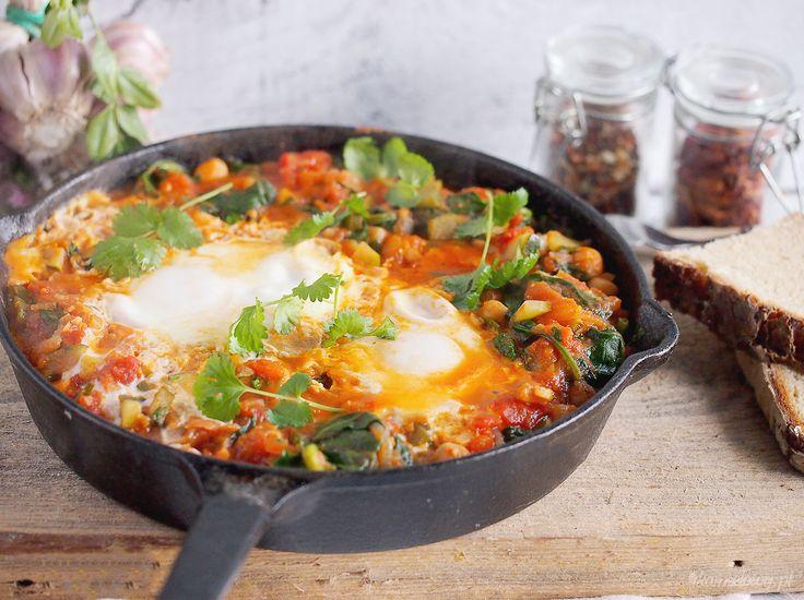 Przedstawiam dziś przepis na rewelacyjne weekendowe śniadanie. Jajka z lejącym żółtkiem zatopione w pysznym gulaszu warzywnym z cukinią, ciecierzycą i szpinakiem w sosie pomidorowym i dalekowschodn...