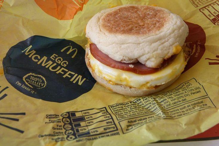 Información nutricional del McMuffin de huevo de McDonald's. El McMuffin de huevo es uno de los sándwiches para el desayuno de la firma McDonald's, una forma barata y deliciosa de empezar la mañana. Sin embargo, está muy lejos de ser una forma saludable para empezar el día. Un McMuffin de huevo ...