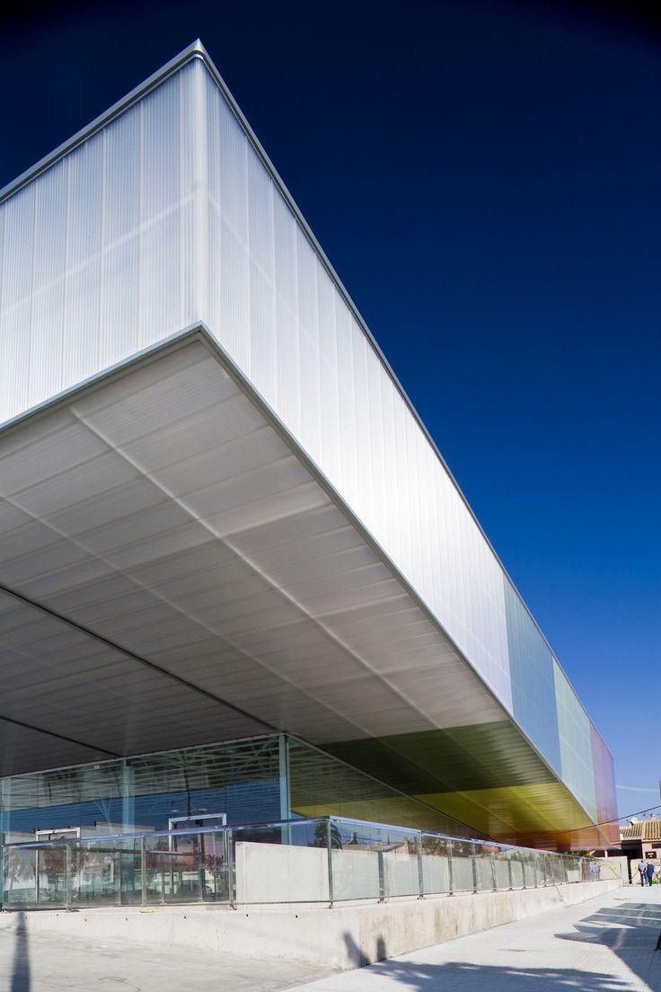 활동적인 흐름의 스펙트럼은 체육관의 입면을 구성하는 컬러풀한 패턴으로 구성됩니다. 이러한 관계는 내부 체육시설과 외부 도시환경과의 접점을 줄이는 건축적 언어로 표현됩니다. 반투명한 폴리카보네이트-단파론-는 그 특유한 반투명적 재질로 건축적 메스의 솔리드화함을 방지함으로써 이러한 경계막을 없애는데 효과적으로 쓰이는 재료 중에 하나입니다. 그리고 다양한 컬러패턴으로 새롭게 입혀진 파사드는 원래 재료가..