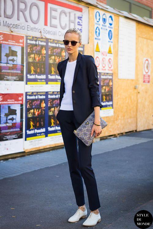 Den Look kaufen:  https://lookastic.de/damenmode/wie-kombinieren/sakko-pullover-mit-rundhalsausschnitt-anzughose-oxford-schuhe-clutch/2070  — Dunkelblaues Sakko  — Weißer Pullover mit Rundhalsausschnitt  — Dunkelblaue und weiße Leder Clutch mit geometrischen Mustern  — Dunkelblaue Anzughose  — Weiße Leder Oxford Schuhe
