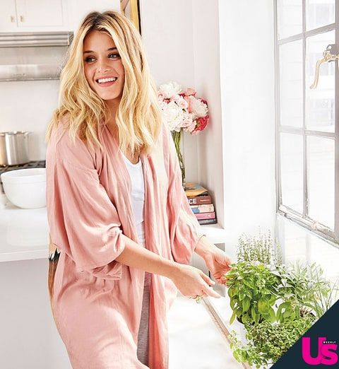 The Chew's Daphne Oz invited Us Weekly into her NYC kitchen while she prepared her favorite chicken paillard with melon salsa fresca dish — watch the video!