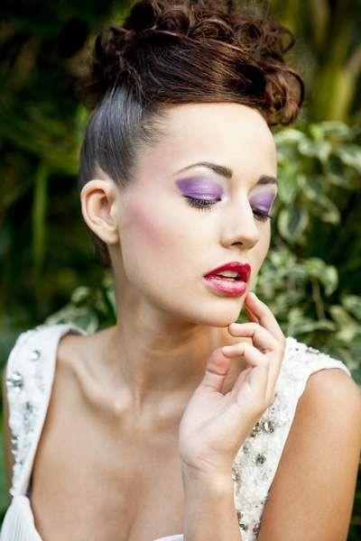 Ausgefallenes Braut-Makeup mit violettem Eyeshadow und leicht glänzenden Lippen in Pink