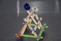 crédit photo science sparks J'ai déjà présenté comment fabriquer une catapulte très simplement, avec un bouchon de bouteille, une pince à linge et un bâtonnet. Cette fois-ci, j'ai trouvé, sur science sparks,une catapulte plus sophistiquée, qui ressemble vraiment à celle des chevaliers du Moyen Age et qui devrait plaire à de nombreux garçons (et filles !). Idéal pour apprendre comment marche un élastique ! Instructions du mécanisme Commencez par construire la base (les bâtons vert et orange)…