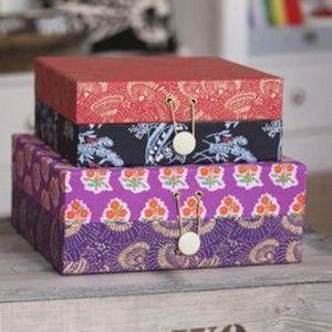 Çoğu kez dolabınıza elinizi atınca neyin nerede olduğunu bulamazsınız. Bu düzensizlikten renkli karton kutularla kurtulabilirsiniz. Hem kendi dolabınız , hem çocuklarınız odası için kullanabilirsiniz, bu kutuları. Yapımı da oldukça kolay.