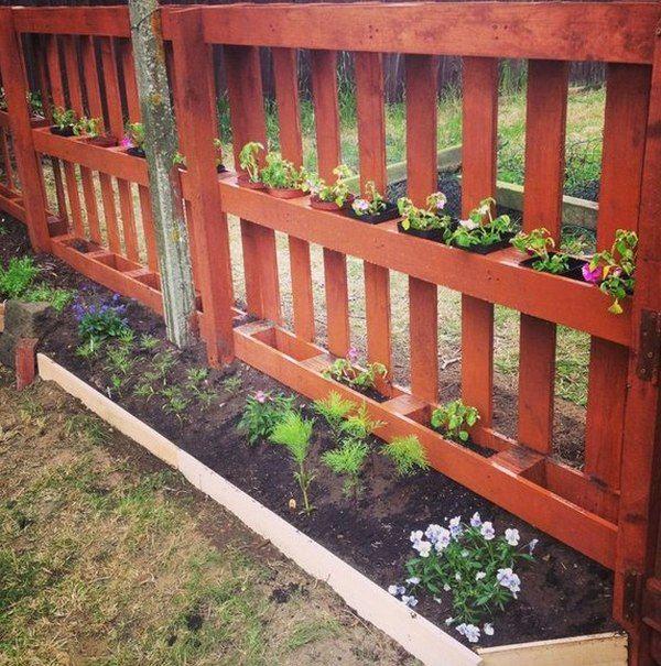 Забор из поддонов с контейнерами для цветов