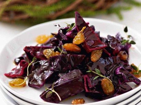 Recept på rödkålssallad med sultanrussin. Den vita balsamvinägern går att byta ut mot vanlig balsamvinäger.
