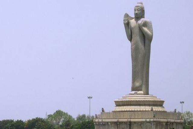 Estatua del Buda de Hyderabad; ésta última ubicada en la India. Buda de Hyderabad es una estatua que se emplaza en India, en el centro del lago artificial Hussain Sagar en la ciudad de Hyderabad, capital del estado de Andhra Pradesh.