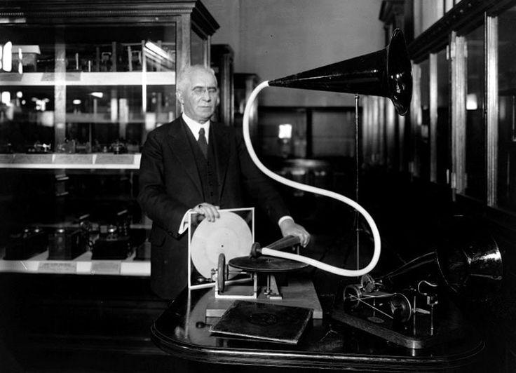 EMILE BERLINER (1851-1929). Inventor germano estadounidense, de origen judío. Inventor del transmisor telefónico, del gramófono, de los discos de vinilo y del micrófono.