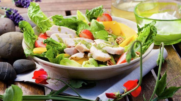 Salat med lettsaltet kylling og brie - Gjester - Oppskrifter - MatPrat